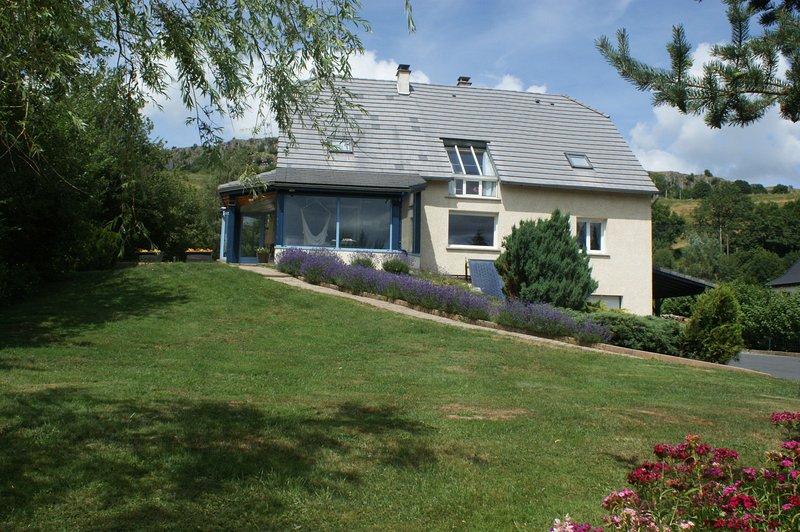 La Maison Bleue, vacation rental in Albepierre-Bredons