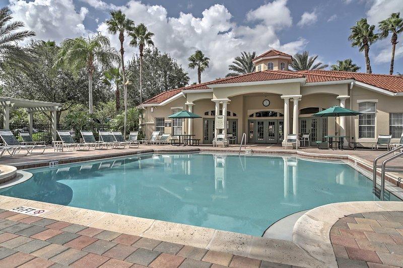 Con sus instalaciones de estilo resort, incluyendo este refrescante piscina climatizada, el Emerald Island Resort garantiza un retiro revitalizador!