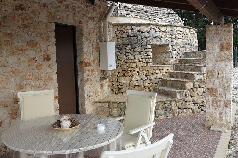 pequena varanda com cadeiras e mesa pequena