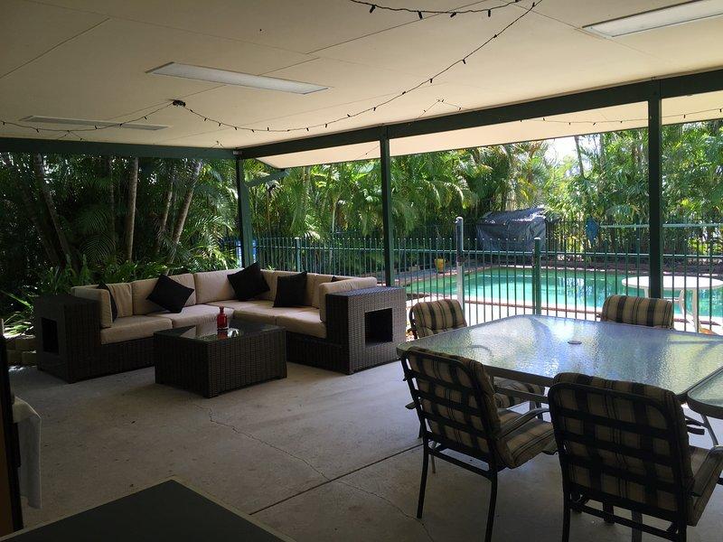 La salle à manger-salon dans la piscine cabana, profiter du cadre agréable de la piscine