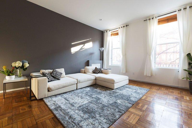 Espaçosa sala de estar é de 20 'pés por 16 pés'. Seccional sofá para baixo-cheia.