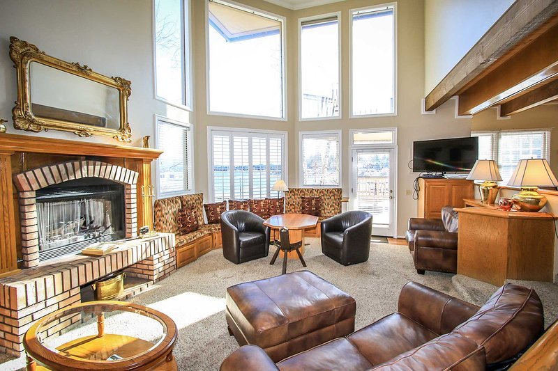 Couch,Furniture,Fireplace,Hearth,Mirror
