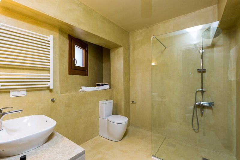 The bathroom on the ground floor has facilities for guests with special needs!