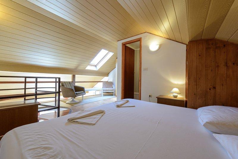 Galerie Schlafzimmer mit eigenem Bad mit Dusche