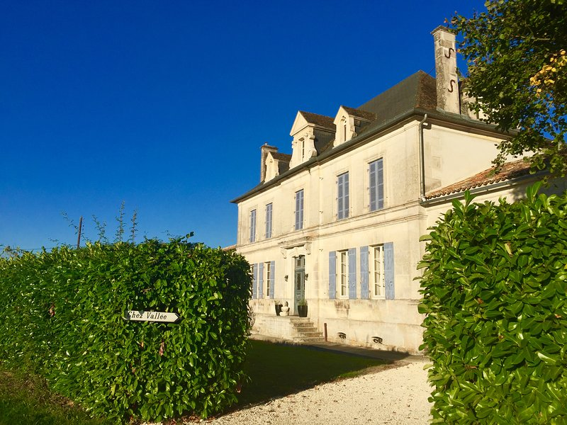 Therapeutic/Yoga Centre and Luxury Bed & Breakfast, holiday rental in Reaux