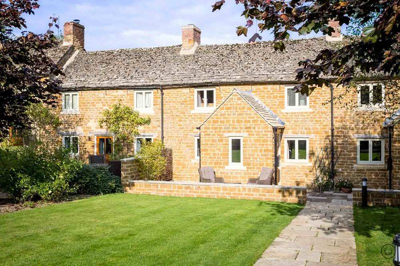 Climbing Rose Cottage is a beautiful Cotswold stone cottage, vacation rental in Upper Oddington