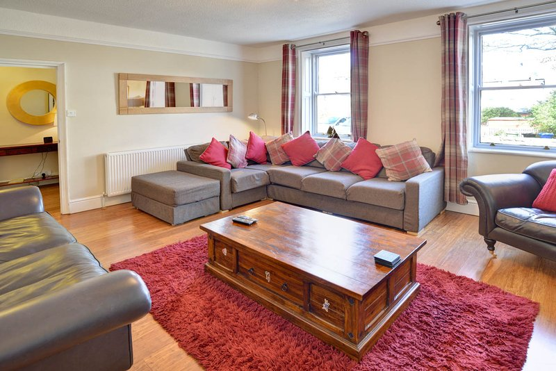 The Moorings, Whitby, sleeps 12, close to beach/town, 4 bathrooms, Sky Sports, holiday rental in Scarborough District
