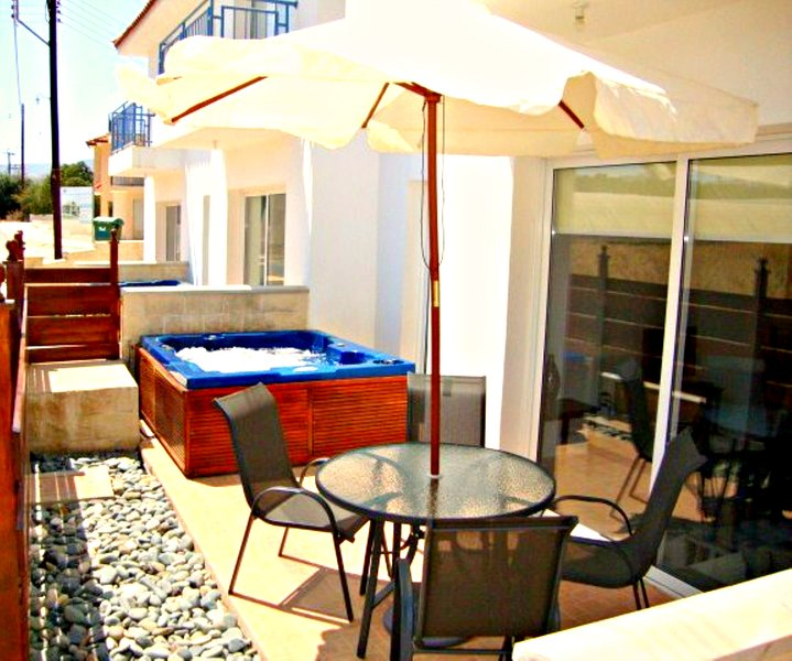 Stunning 1 bedroom Apartment - Private Heated Jacuzzi - Lovely Communal Swimming Pool, vacation rental in Limni
