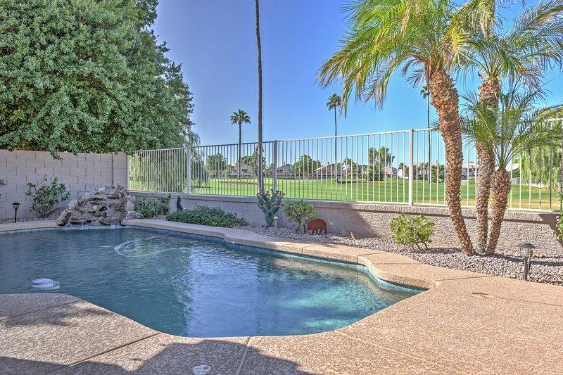 Rilassatevi nella vostra piscina privata con vista sul campo da golf mozzafiato.