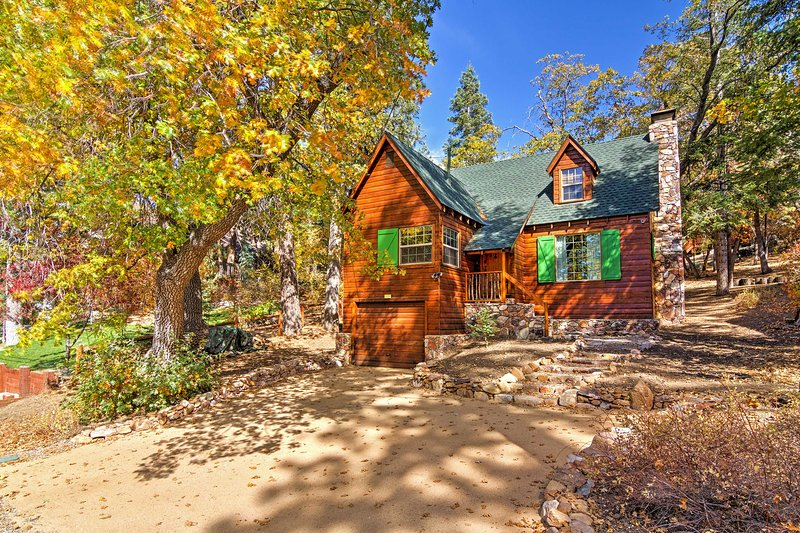 Tucked away into a peaceful paradise right beside picturesque Bear Mountain, this retro cabin promises a rejuvenating retreat!