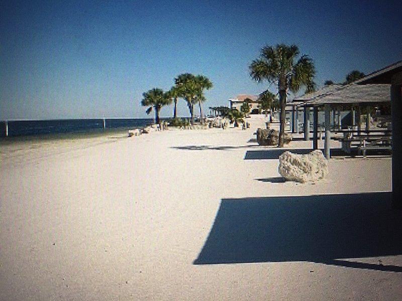 Disfrutar de puestas de sol y el tiempo en familia en su propia playa privada con cabañas y Parrillas Golfo Puertos Beach