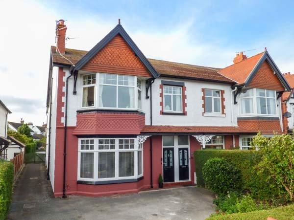 HAFAN Y MOR, ground floor garden flat, WiFi, in Rhos-on-Sea, Ref: 940591, vacation rental in Colwyn Bay