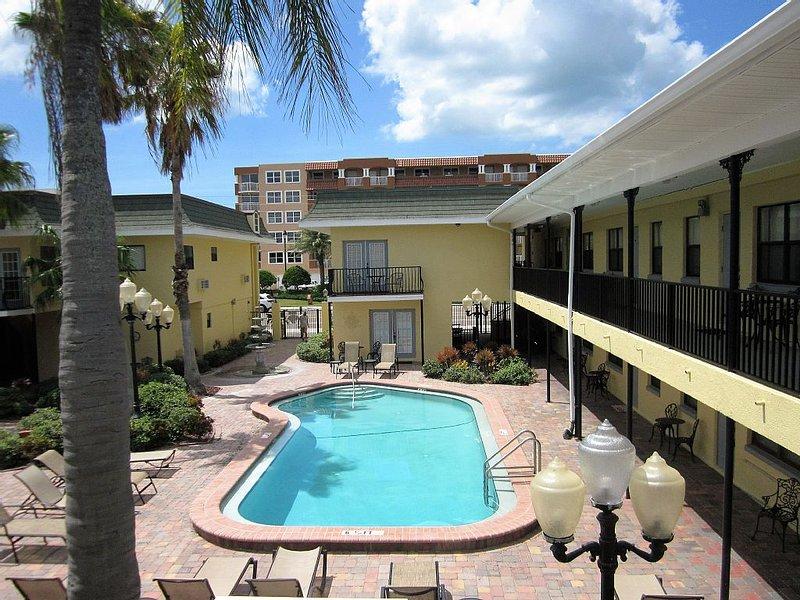 Cozy Balcony Studio, Pleasant Ocean & City View, alquiler de vacaciones en Redington Beach