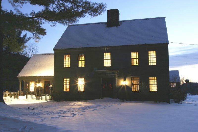 Crepúsculo del invierno, acogedor y cálido en el interior.