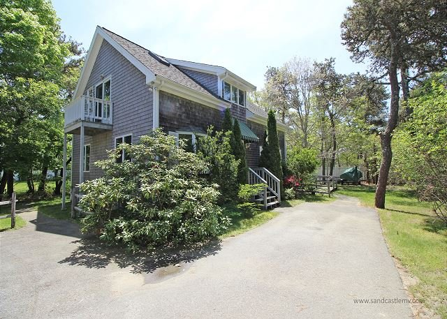 LOVELY, WELL MAINTAINED HOME CENTRALLY LOCATED BETWEEN KATAMA AND EDGARTOWN, holiday rental in Edgartown