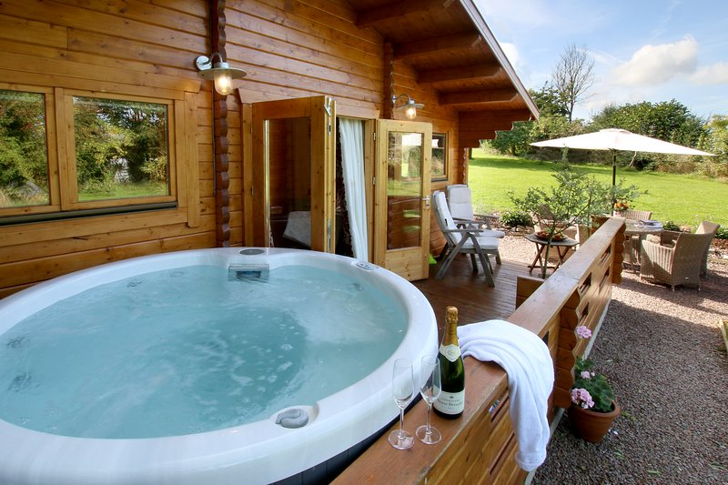 Luxury 2 bedroom log cabin with private hot tub on the balcony