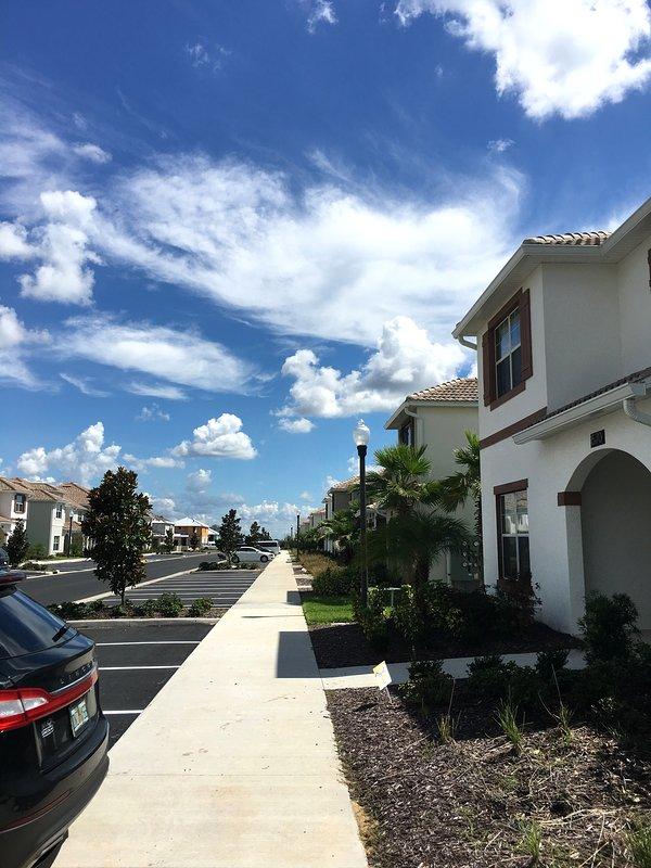Voler nuage blanc sous le ciel bleu