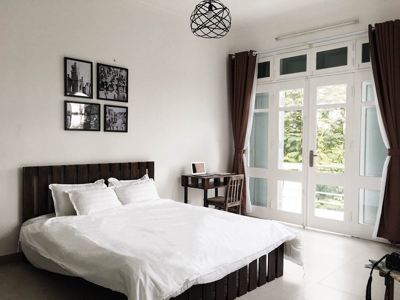 Deluxe Lake View Suite - Hanoi Westlake Homestay, holiday rental in Hanoi