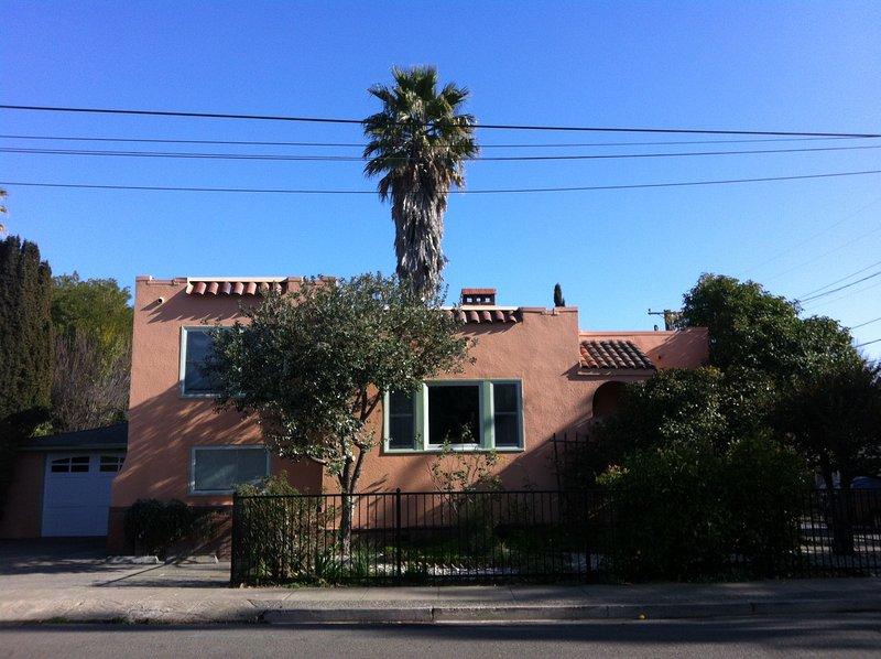 """Frente de la """"Casa Olivia"""", con entrada a la derecha; aparcamiento en la calle para 2 coches delante de garaje."""