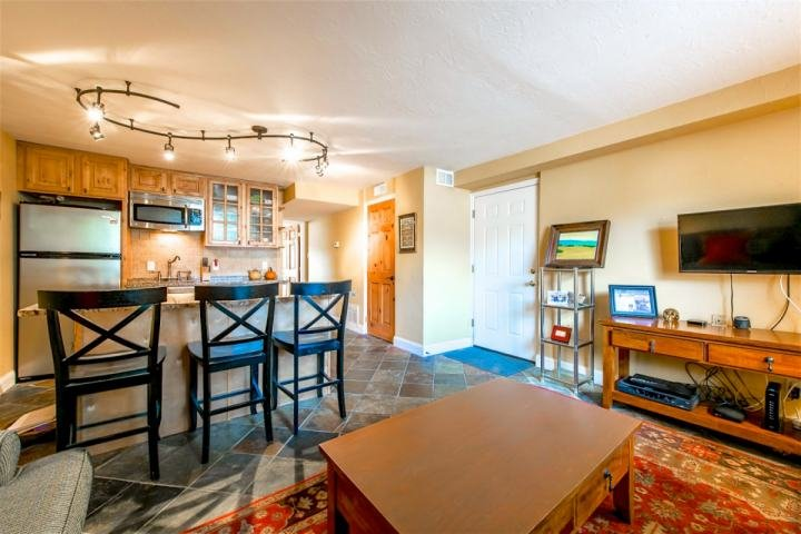 Die Wohnung verfügt über ein großes Schlafzimmer, Bad und komplett eingerichtetes Wohnzimmer, das mit Edelstahl-Geräten in die modernen Küche öffnet.