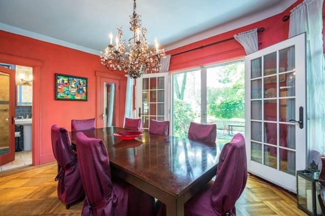 Sala de jantar com vista para o quintal