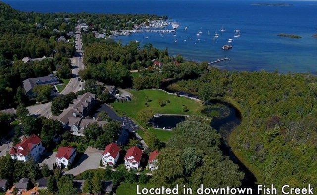 Aerial view med marina i närheten, som visar Brook Point kondom (# 5 är den andra från höger)