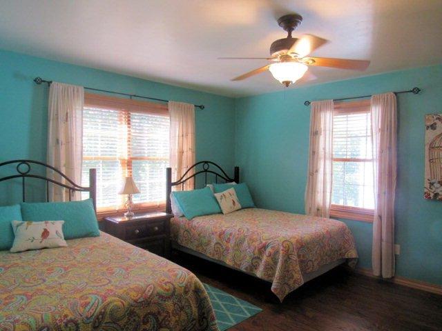 La deuxième chambre, avec deux grands lits, TV grand écran