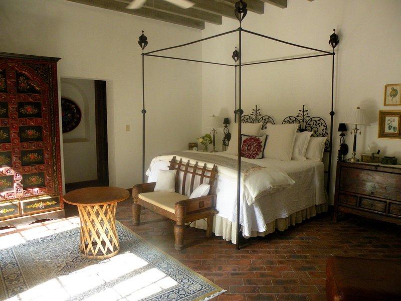Master slaapkamer met open haard, grote walk-in closet die leidt naar de badkamer en suite.