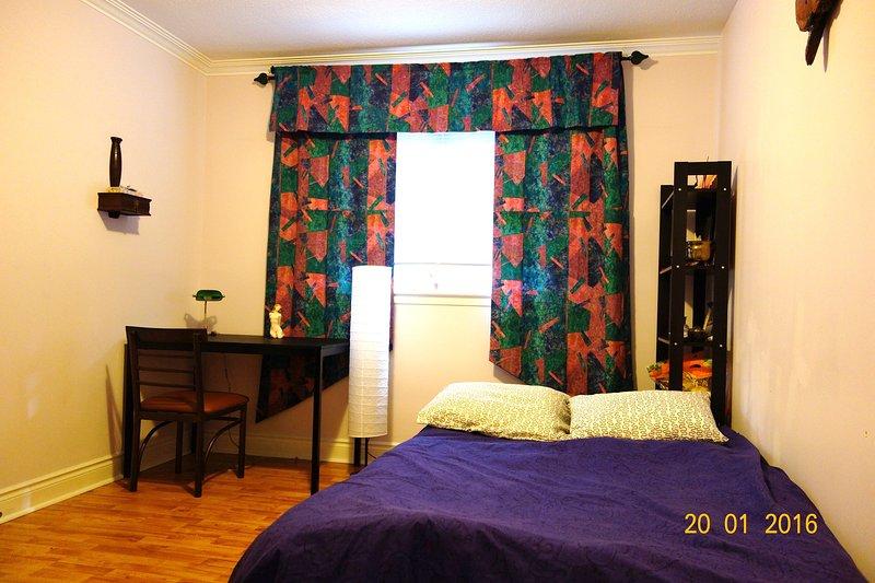 Chambre avec un lit futon Fullsize