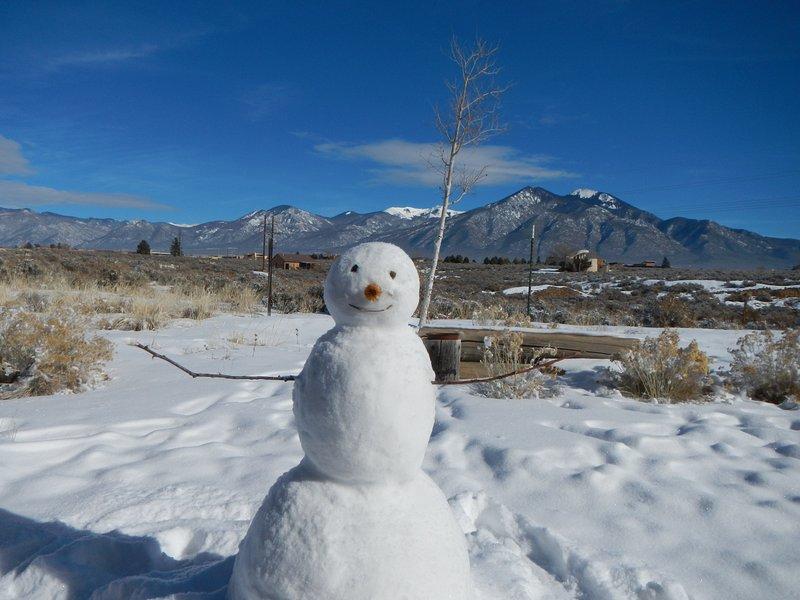 Faça o seu próprio boneco de neve, com as montanhas como pano de fundo