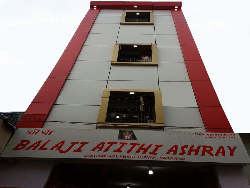 Hotel * Balaji ATITHI Ashray * Voorkant van de hoofdweg ...