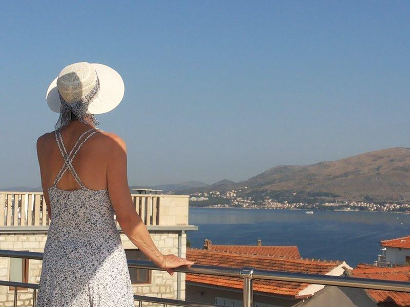 Appartement met 2 slaapkamers met uizicht op zee vanaf dakterras, vacation rental in Okrug Gornji