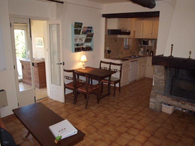 Cozy apartment in medieval village. Sunny terrasse, location de vacances à Bargemon