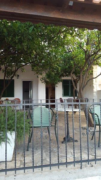 A entrada para o apartamento através de terraço privado fechado.