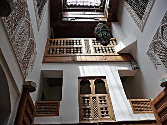 le patio, coeur de la maison, avec ses bois et plâtres sculptés