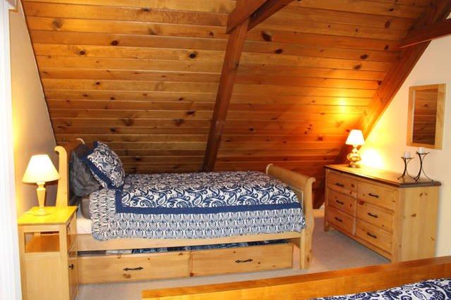 cama doble w / nido compartida con la reina cama de arriba