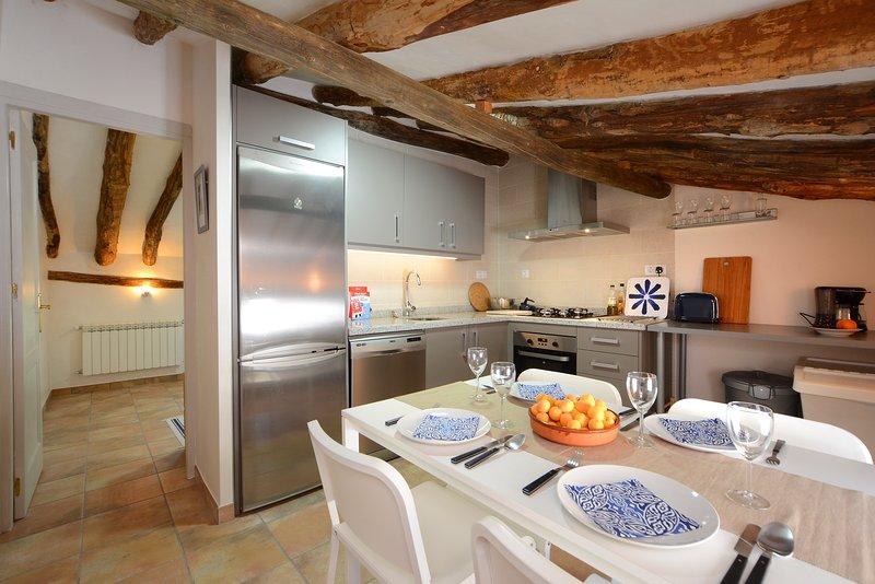 Para grupos maiores, o piso superior tem uma cozinha totalmente equipada e uma sala de estar separada com TV.