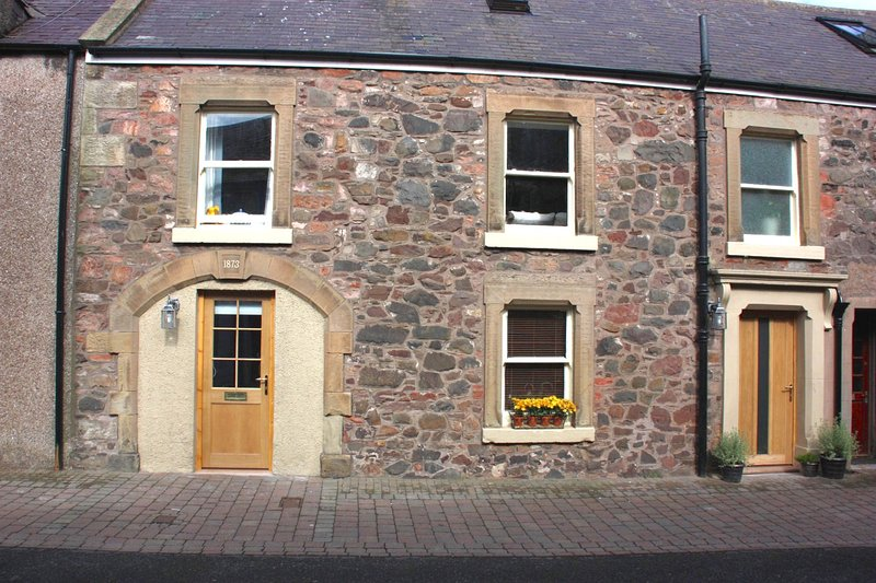 Heatherlea in the heart of Coldingham village, holiday rental in Borders