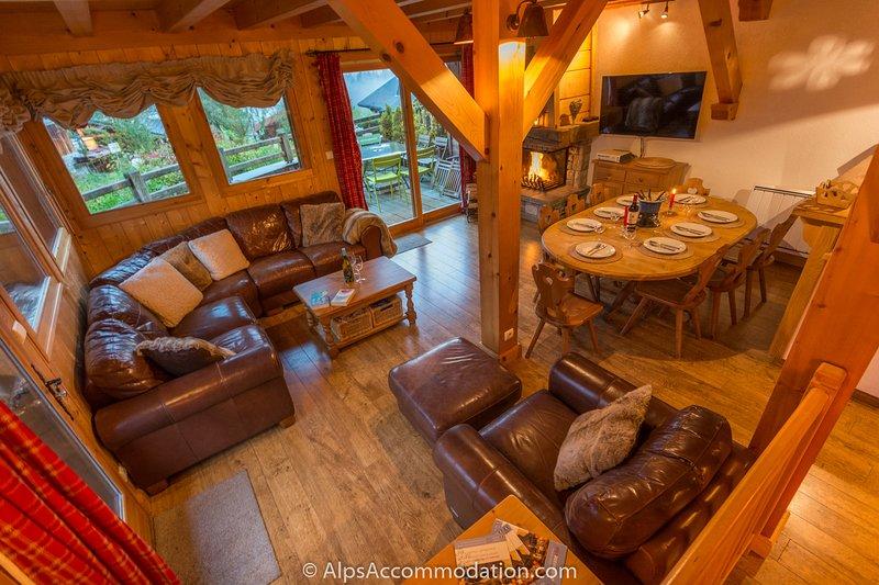 espaçosa sala de estar e sala de jantar com lareira e excelentes vistas.