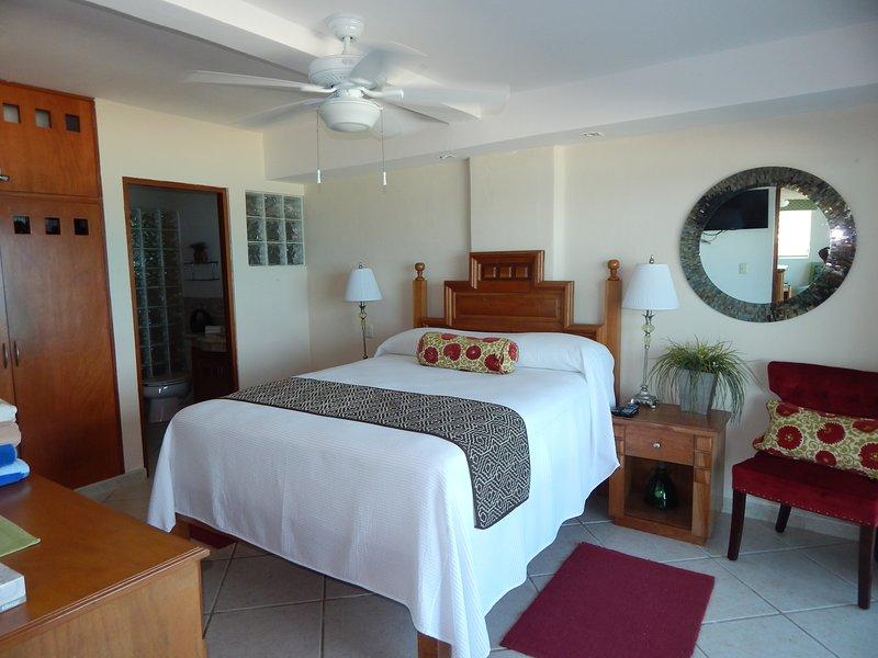 Vue sur la mer chambre avec lit Queen et salle de bain complète