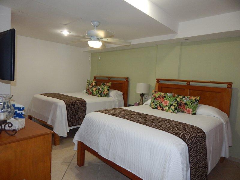 Chambre avec 2 lits Queen + salle de bain complète