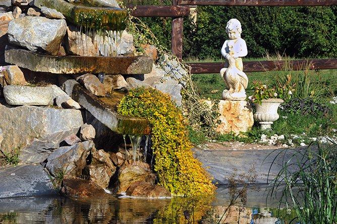 Piscina en el jardín con su cascada