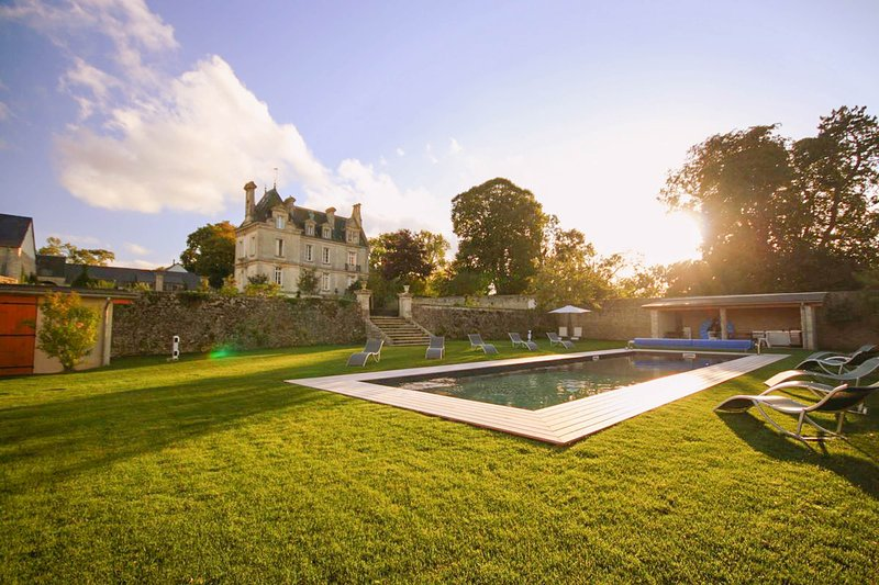 Confirmed Instant Book: Chateau de la Paix with heated pool near D-Day!, alquiler vacacional en Trevieres