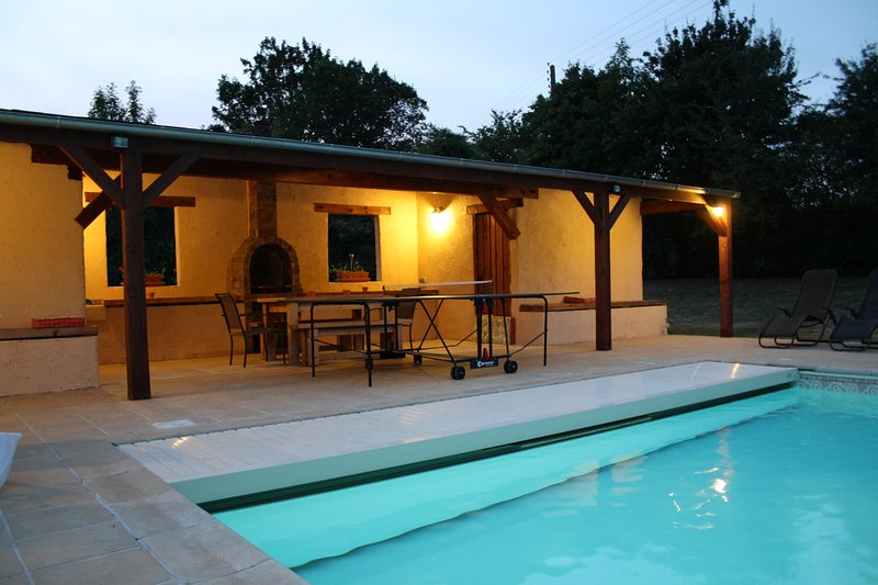 'Paulanosa Gite' with Heated pool, Perfect for LM24hr/Classic/Relaxing/Families, holiday rental in Souvigne-sur-Sarthe