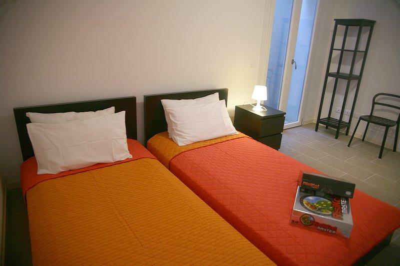 habitación con 2 camas individuales en el sótano