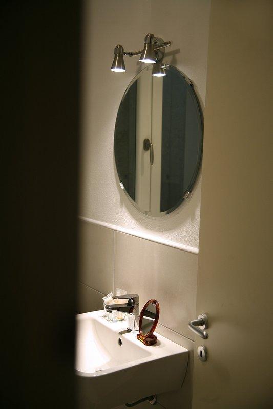 cuarto de baño completo en el sótano