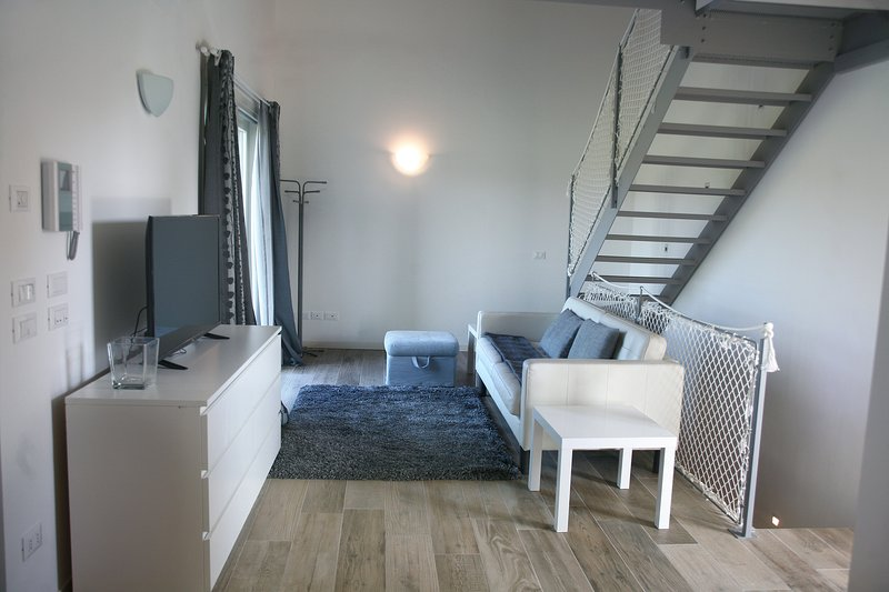sala de estar con escalera para subir