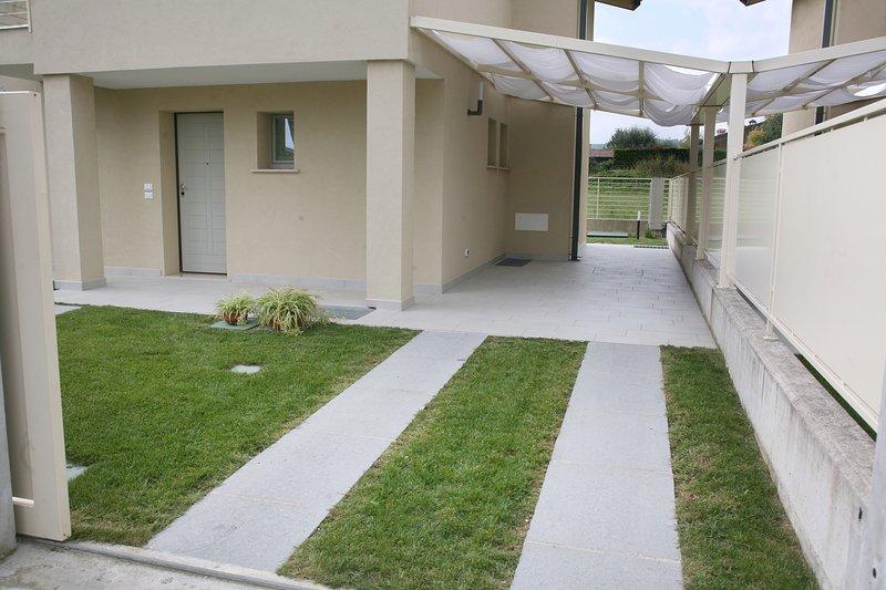un espacio de acceso pavimentada y aparcamiento cubierto