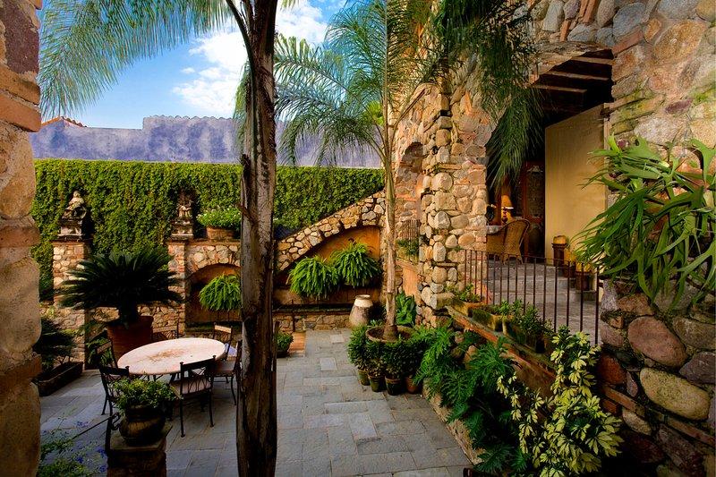 Exuberantes jardins suspensos cercam Casa de la Torre.