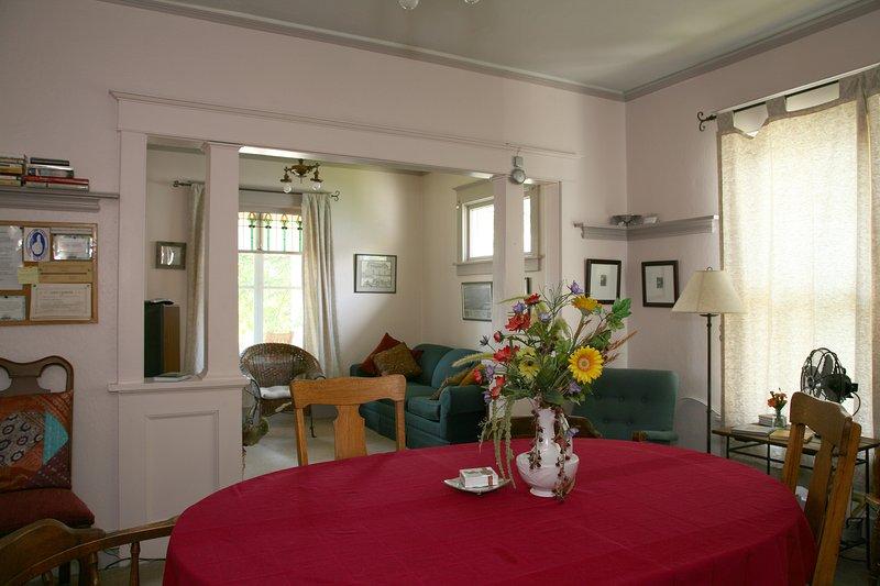 Notre salle à manger accueillante est prête à accueillir votre dîner en famille!